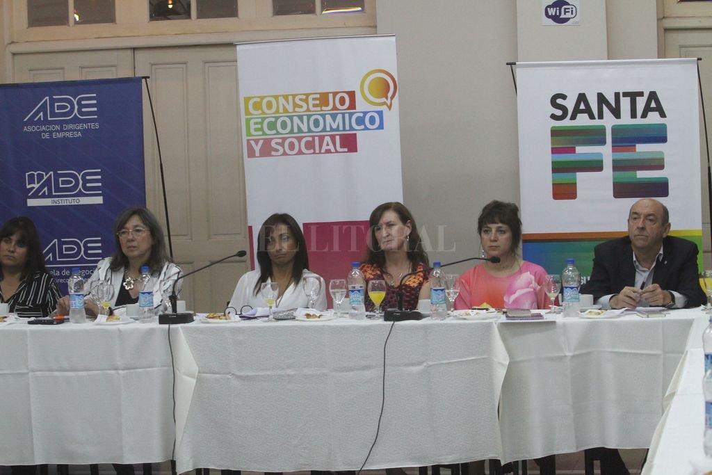 Referentes de organizaciones sociales, empresariales y políticas participaron junto a la economista de un intercambio en el marco del Consejo Económico y Social. Crédito: Mauricio Garín