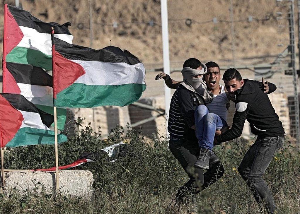 Manifestantes evacuan a un herido en las protestas de este sábado en Gaza. Crédito: EFE / MOHAMMED SABER