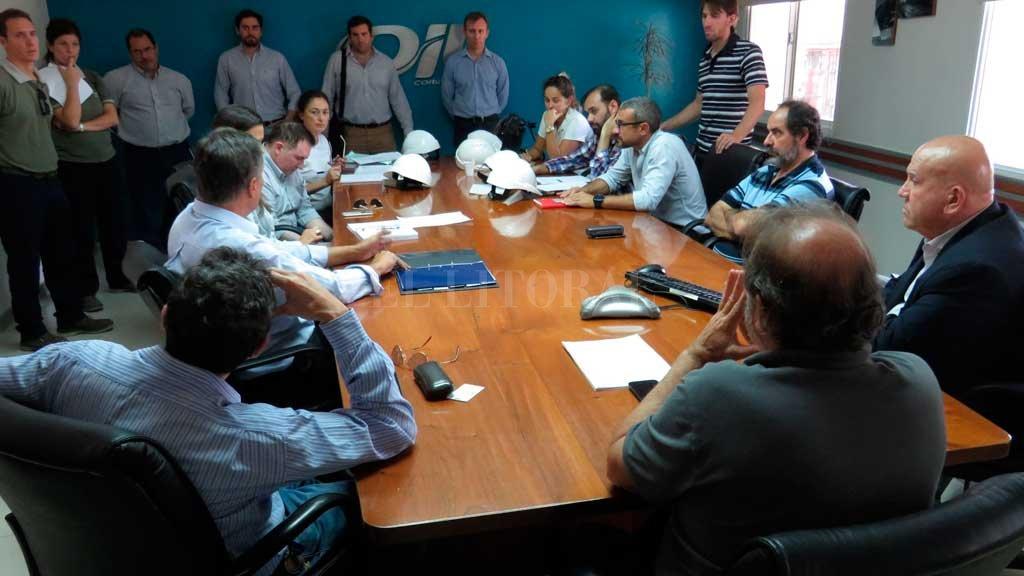 Funcionarios del Ministerio de Medio Ambiente encabezados por Jacinto Speranza, se reunieron con pares nacionales y gerentes de Oil antes de iniciar una inspección en la planta de San Lorenzo. <strong>Foto:</strong> Gobierno de Santa Fe