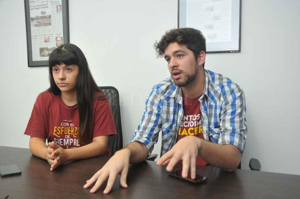 Marcia Bustos y Matías Bertoli, del Centro de Estudiantes de la FCJS-UNL. Crédito: Flavio Raina