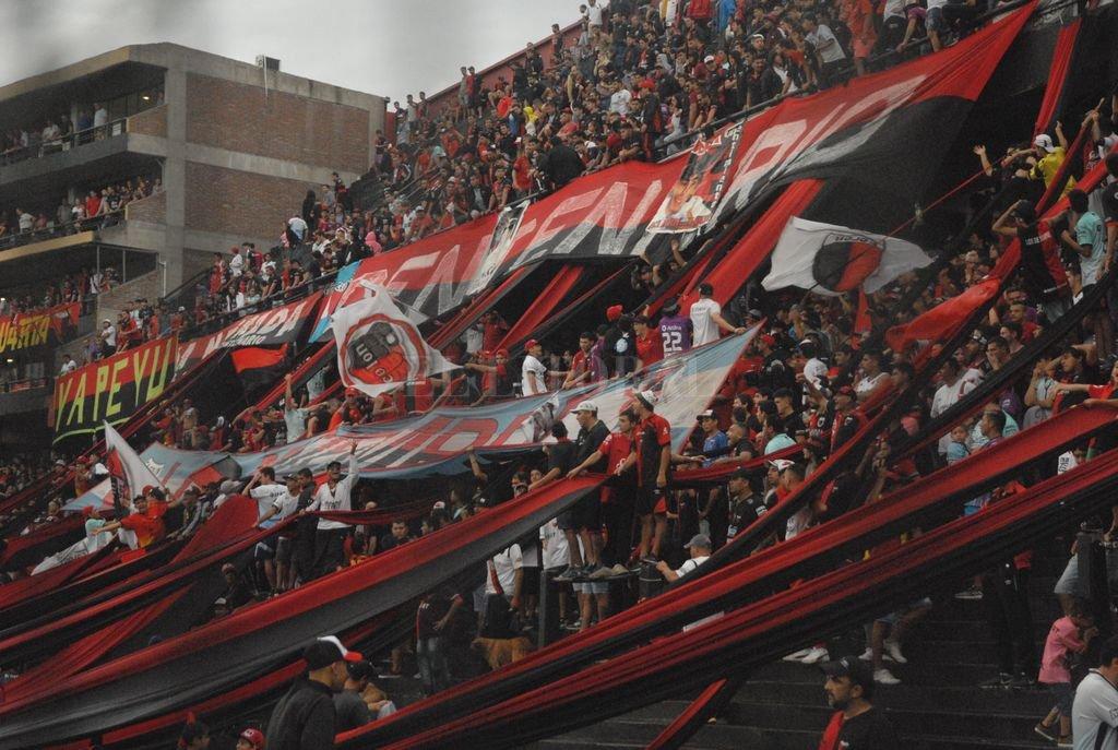 La popular norte del estadio Brigadier López, sector del cuál partieron las tres bombas que obligaron a la suspensión del encuentro. Una vergüenza. Crédito: Mauricio Garín