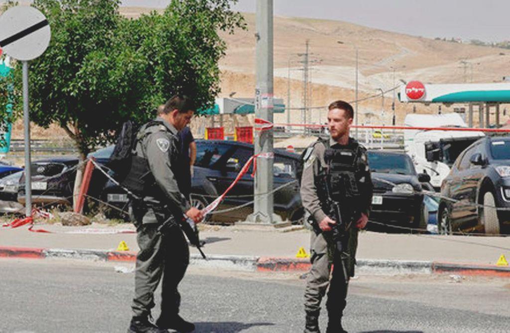 Agentes de la policía de Israel hacen guardia en el lugar donde un palestino intentó apuñalar a un israelí con una herramienta antes de ser abatido por un civil israelí, cerca del asentamiento de Mishor Adumim, en Cisjordanis, el 8 de abril de 2018.  Crédito: Mahmoud Illean AP. El Nuevo Herald.