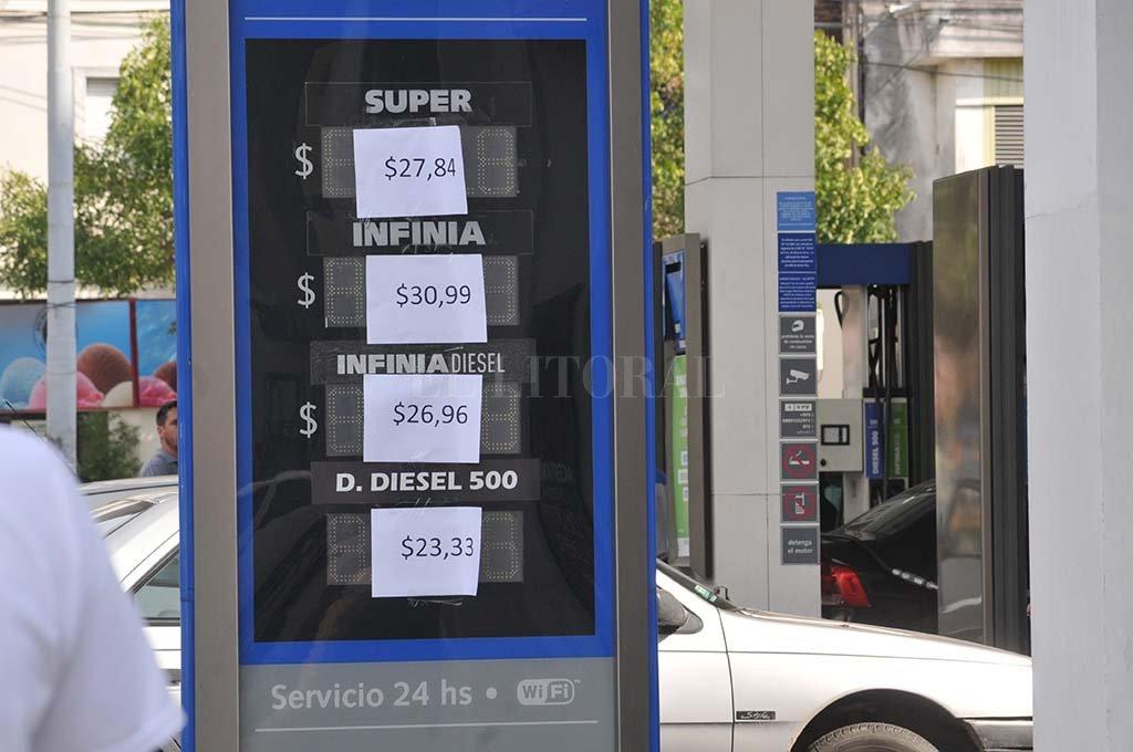 En nuestra ciudad los cambios de precios se dieron tan rápido que algunas estaciones no llegaron a actualizar su tablero digital. <strong>Foto:</strong> Flavio Raina.