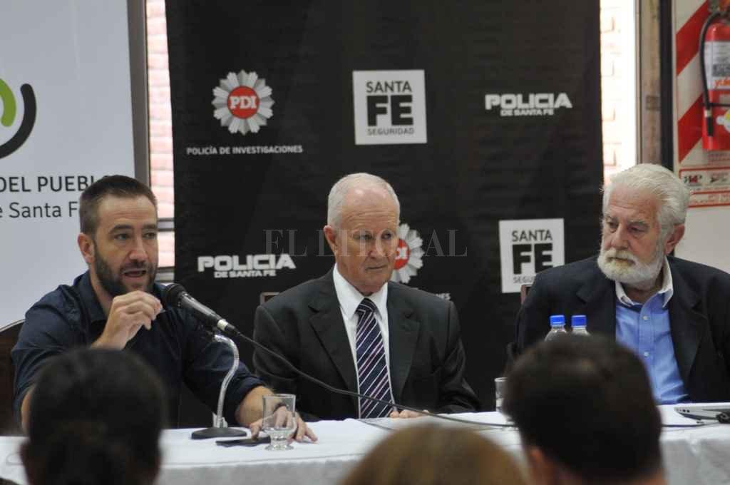 El Defensor Raúl Lamberto (centro) junto al subsecretario de investigación Criminal Rolando Galfrascoli y el presidente del Centro Comercial Daniel Bustamante en la apertura de la jornada. Crédito: Flavio Raina