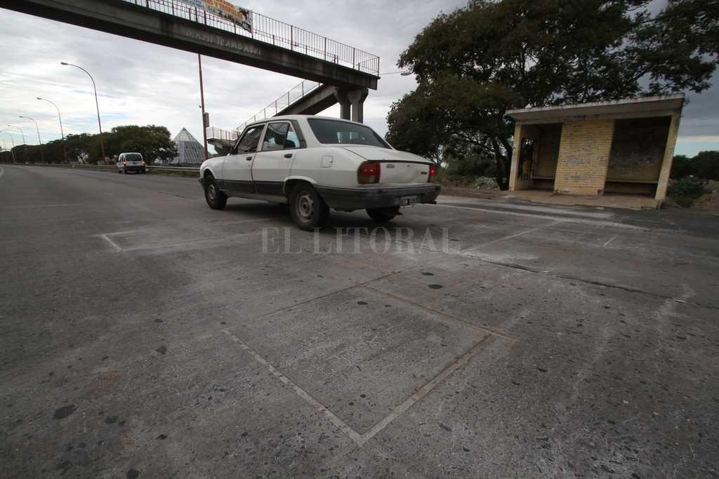 Debajo del puente peatonal, frente a Ciudad Universitaria, está instalado el cinemómetro que monitorea a los vehículos que van hacia Paraná. <strong>Foto:</strong> Mauricio Garin