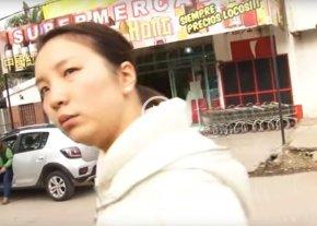 ¿Te acordás de la china del supermercado que corrió a un periodista a botellazos?