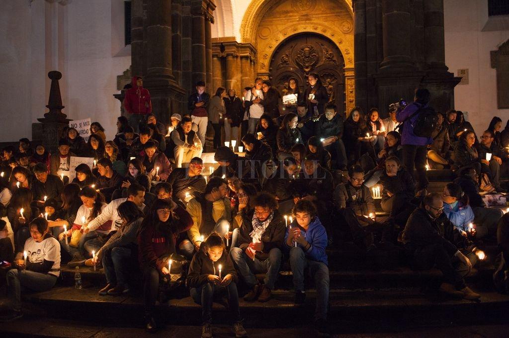 Un grupo de personas enciende velas y participa en la vigilia en Quito, Ecuador, por los dos periodistas ecuatorianos y su conductor asesinados en la región fronteriza con Colombia. <strong>Foto:</strong> DPA