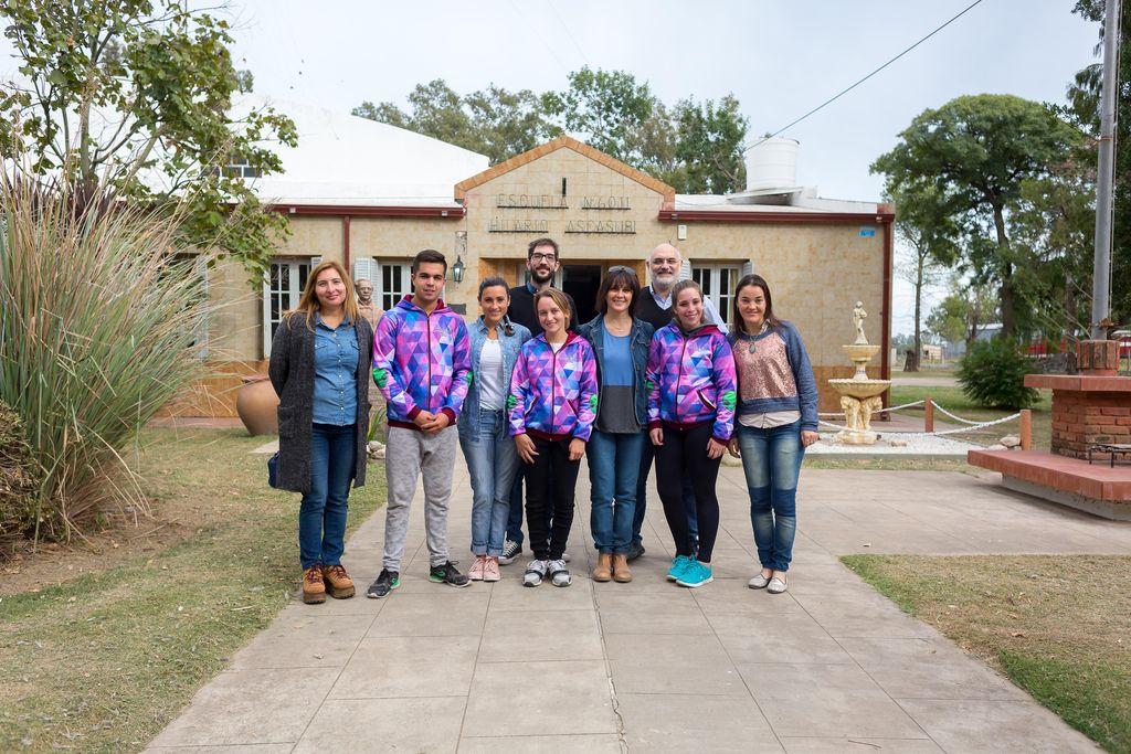 os alumnos de San Antonio, que organizaron la fiesta, también pintaron murales en su localidad.