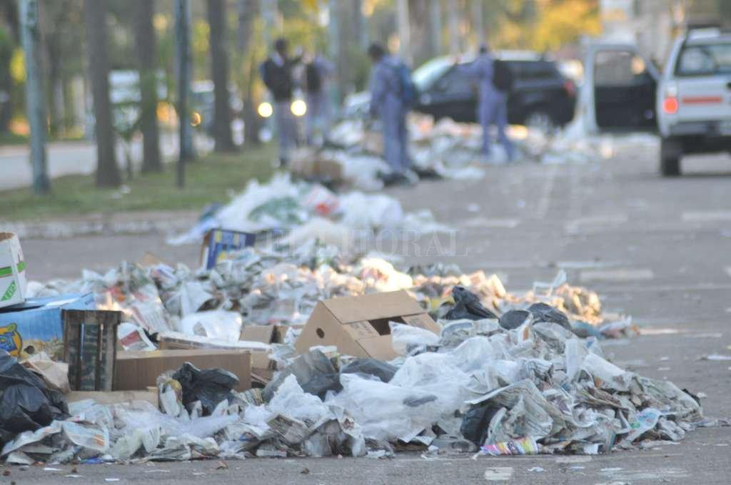 Los montones de basura quedaron junto al cordón del cantero, entre Zeballos y Javier de la Rosa. Crédito: Flavio Raina