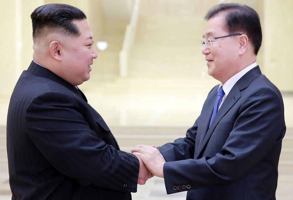 Kim Jong-un saluda a Chung Eui-yong, jefe de la oficina presidencial surcoreana de Seguridad Nacional. <strong>Foto:</strong> Reuters a través de El Español.
