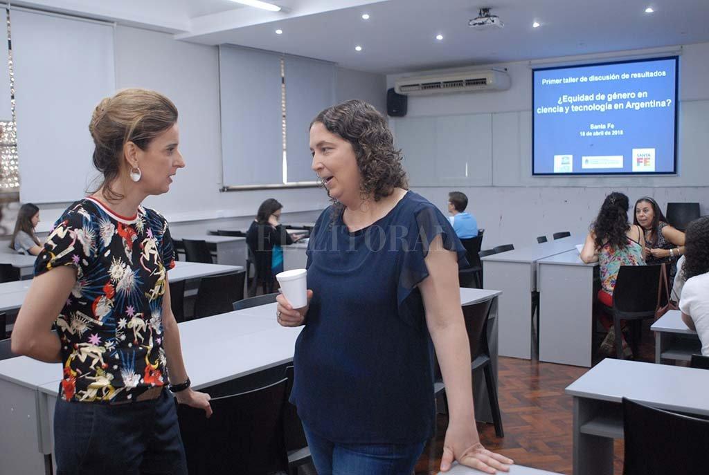 La ministra Erica Hynes, quien fue coordinadora científica de la investigación, y María Guillermina D'Onofrio, de Ciencia y Tecnología de la Nación, antes de presentar el informe. <strong>Foto:</strong> Flavio Raina.