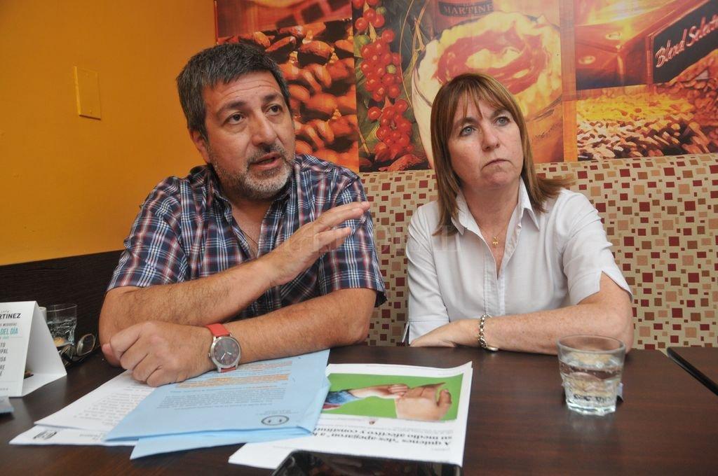 En diálogo con los medios, Gigliotti y Morla mostraron informes sobre las consecuencias que este proceso puede tener en la salud psíquica del menor. Crédito: Flavio Raina