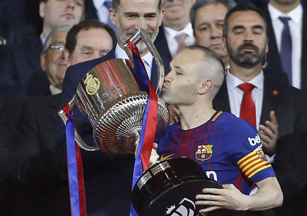 Iniesta besando la Copa del Rey.  Crédito: Marca