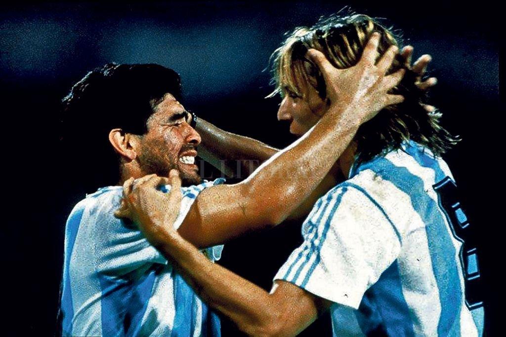 Caniggia saluda a un emocionado Maradona, en una icónica imagen del Mundial Italia 1990. <strong>Foto:</strong> Archivo