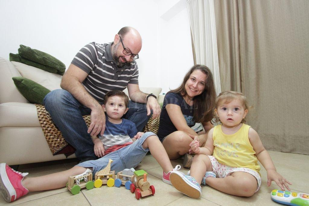Andrés Bellocchio y Gabriela Blanc están por cumplir 10 años de casados. Cuando crezcan, Franco (3) y Sofía (1 y medio), podrán conocer la historia de amor y solidaridad que unió a sus padres.  <strong>Foto:</strong> Manuel Fabatia