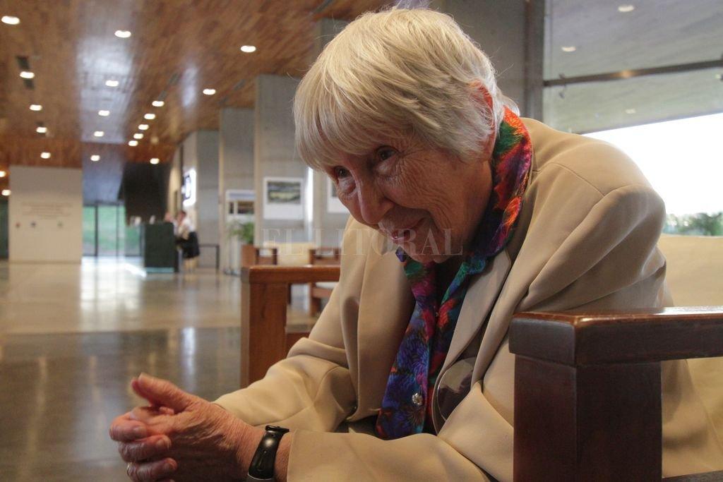 """La falta. Su familia se salvó escapando, su abuelo murió en Auschwitz y, en Argentina, se """"chuparon"""" a su hija Franca Jarach. Ausencia de dos sepulturas donde llevar consuelo. <strong>Foto:</strong> Manuel Fabatia"""