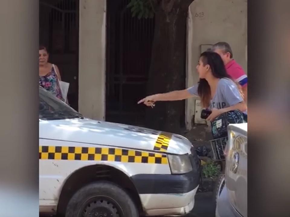 No dejó avanzar a un taxista porque la acosó
