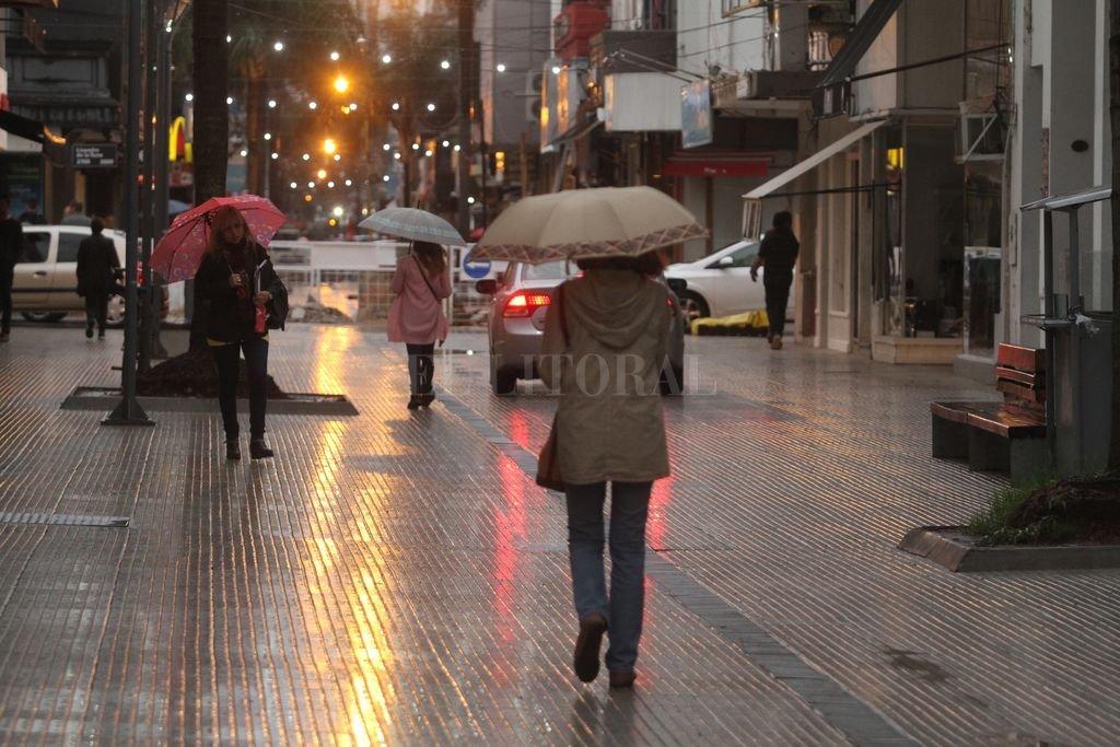 Ciudad de paraguas. Las precipitaciones comenzaron el jueves y acumularon algo más de 40 milímetros en el centro de Santa Fe <strong>Foto:</strong> Guillermo Di Salvatore