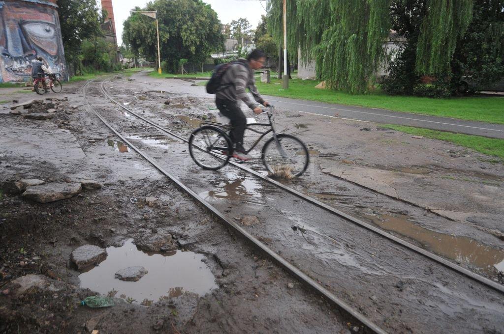 Peligro. Así quedó la bicisenda a la altura del cruce con Iturraspe tras la obra del ferrocarril. Flavio Raina