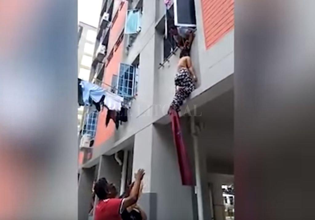 La mujer quedó, literalmente, colgando de los pelos por la ventana. <strong>Foto:</strong> YouTube