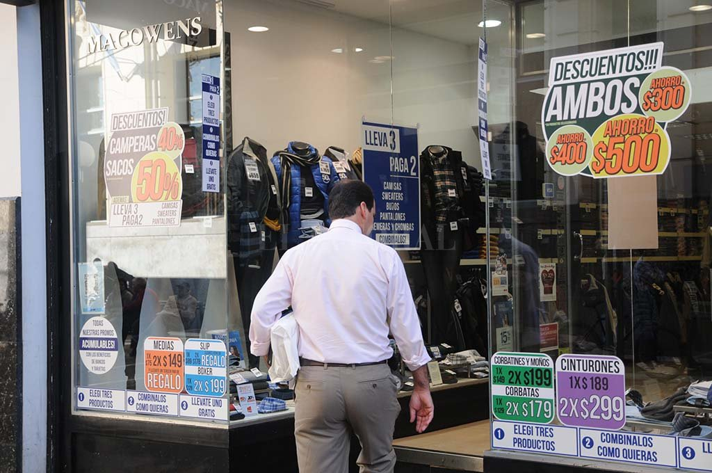 El calor atrasó la comercialización de la ropa de otoño e invierno y también es una variable que influyó en las menores ventas en el rubro indumentaria. <strong>Foto:</strong> Manuel Fabatía.
