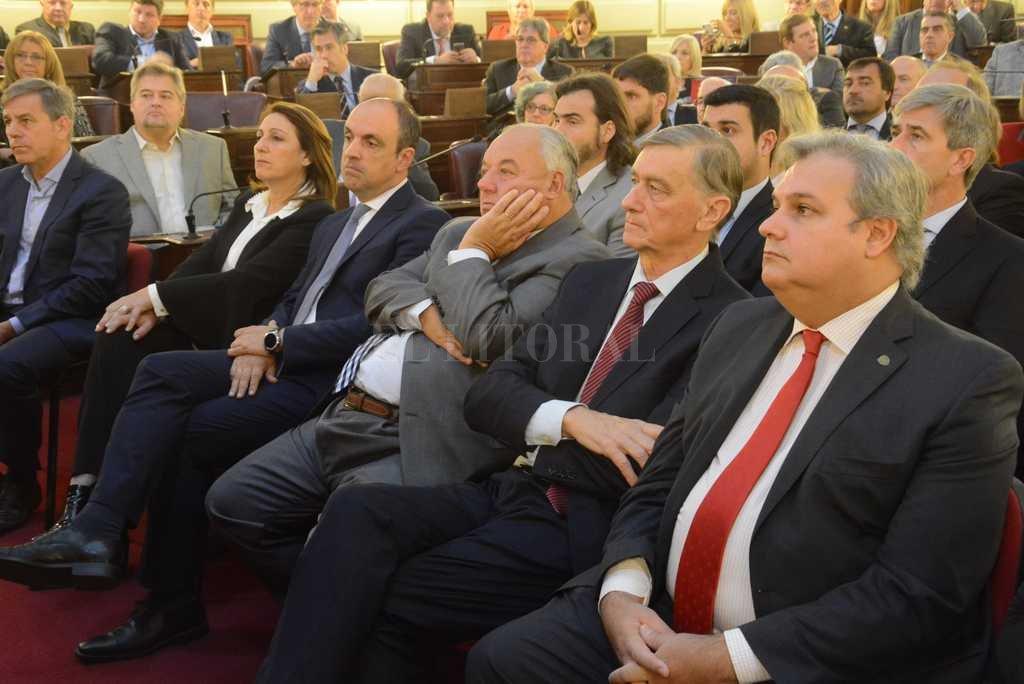 Jatón, Fein, Corral, Gutiérrez, Binner y Farías, en primera fila. Atrás, entre otros, Encicco, Cleri y Marcucci. <strong>Foto:</strong> Luis Cetraro