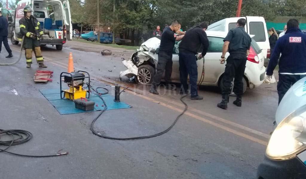 Personal de Bomberos trabajaron sobre el automóvil para poder abrir las puertas. Crédito: Gentileza.