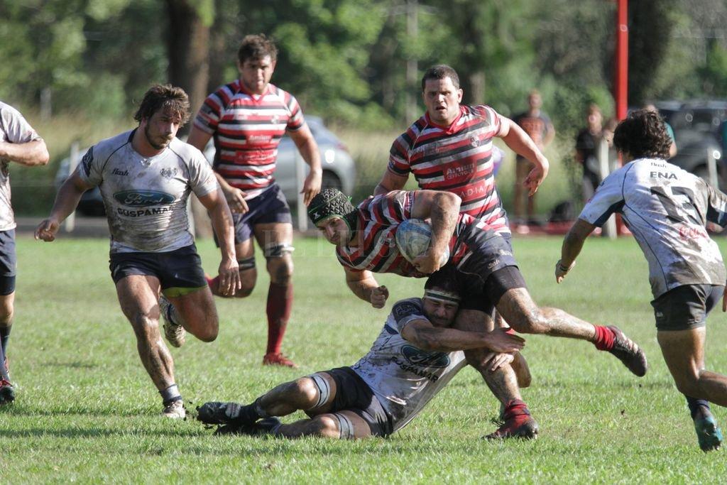 Santa Fe Rugby Club jugó un gran primer tiempo y luego sostuvo sin mayores sobresaltos el accionar de un adversario muy meritorio. Crédito: Luis Cetraro