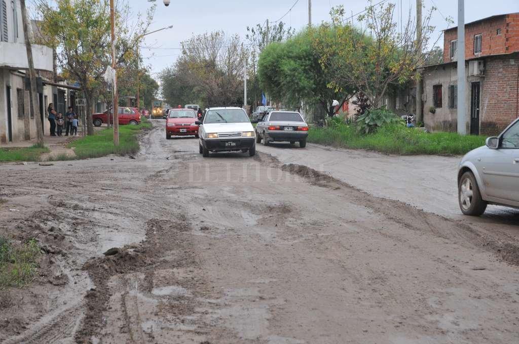 Al 6300 de Berutti, en su cruce con Carranza, en tránsito a doble mano era peligroso. La calle está intransitable. Luis Cetraro