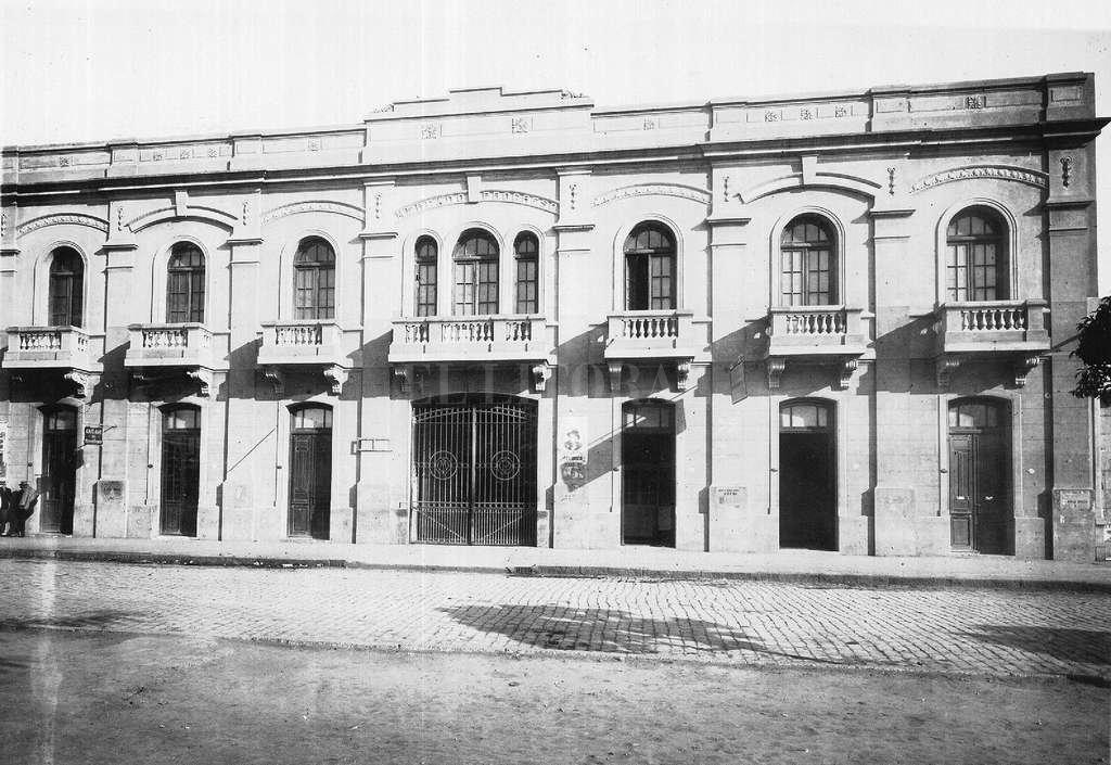 """Vista de la fachada del Mercado Progreso, circa 1930: parte de la muestra """"Mercados: cerca de la gente"""". Crédito: Archivo General de la Provincia de Santa Fe"""