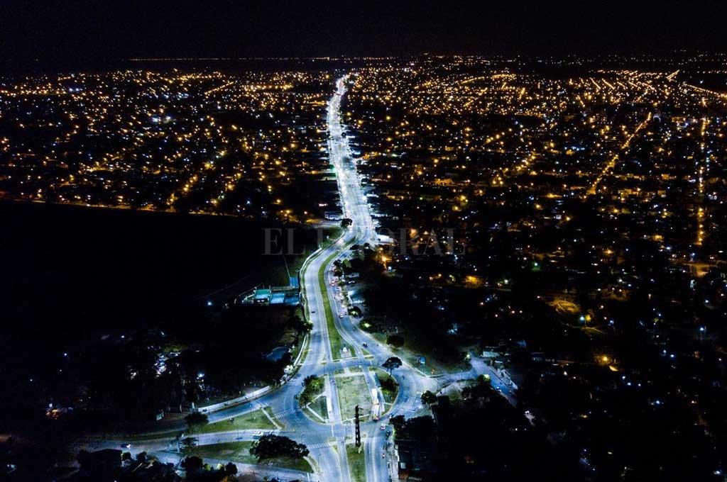El Municipio ya reemplazó 4 mil luminarias por tecnología LED. En la foto, una panorámica de avenida Blas Parera. Crédito: Archivo El Litoral