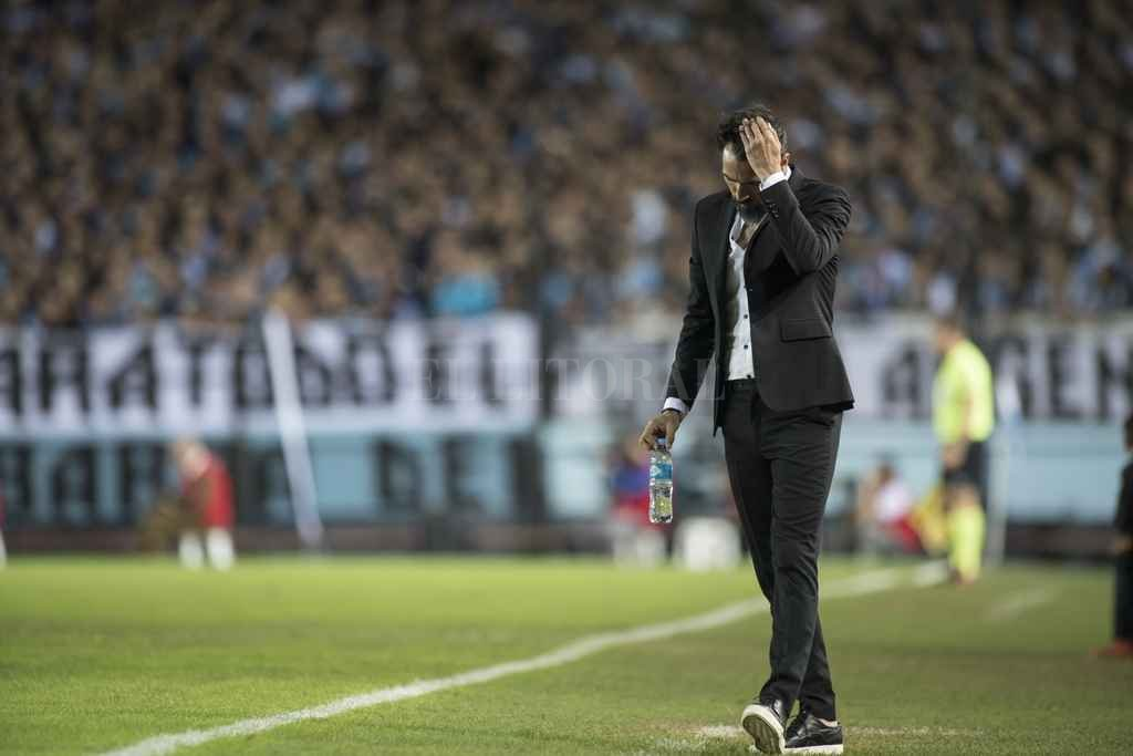 Eduardo Domínguez, botellita con agua en mano, piensa y decide. Su equipo jugó un muy buen partido, pero él se fue del estadio sin hablar. <strong>Foto:</strong> Matías Nápoli