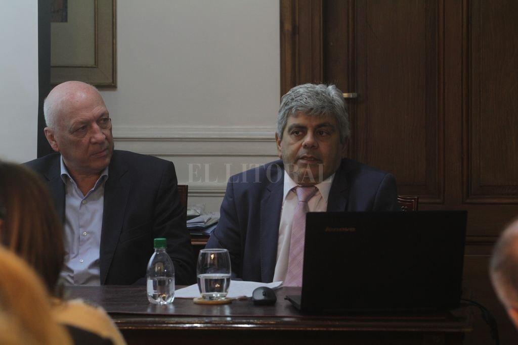 Acompañado en la mesa por el presidente de la Cámara de Diputados, Antonio Bonfatti, Jorge Baclini hizo su primer informe de gestión ante la Legislatura. <strong>Foto:</strong> Mauricio Garín