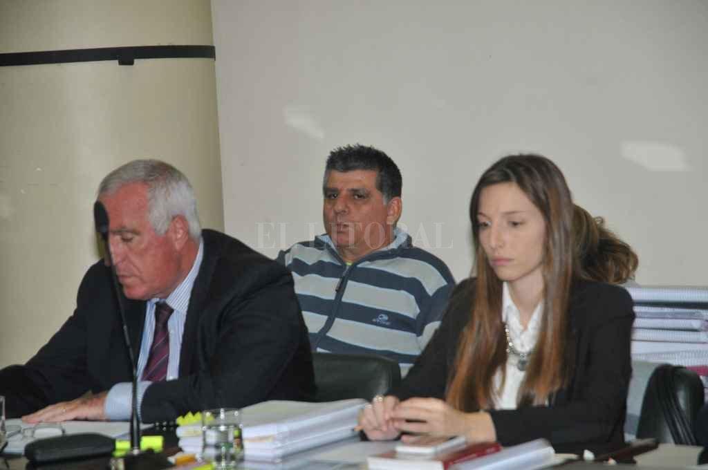 Sergio Norberto Villarroel (57), entre sus abogados Claudio Torres del Sel y Natalia Giordano. Crédito: Flavio Raina