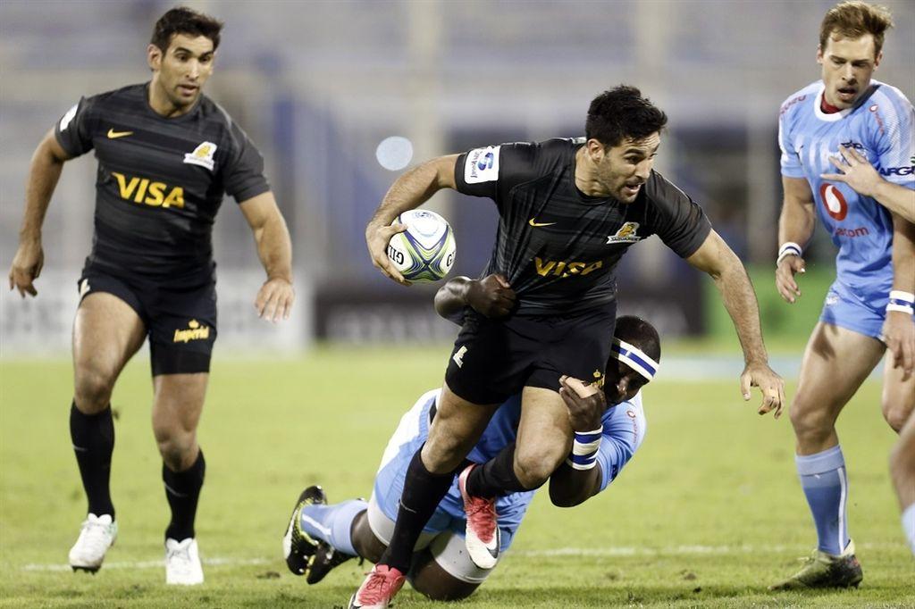 Jerónimo De la Fuente. El excelente back formado en Duendes Rugby Club, busca el apoyo ante el certero tackle sudafricano. <strong>Foto:</strong> Gentileza Prensa Jaguares