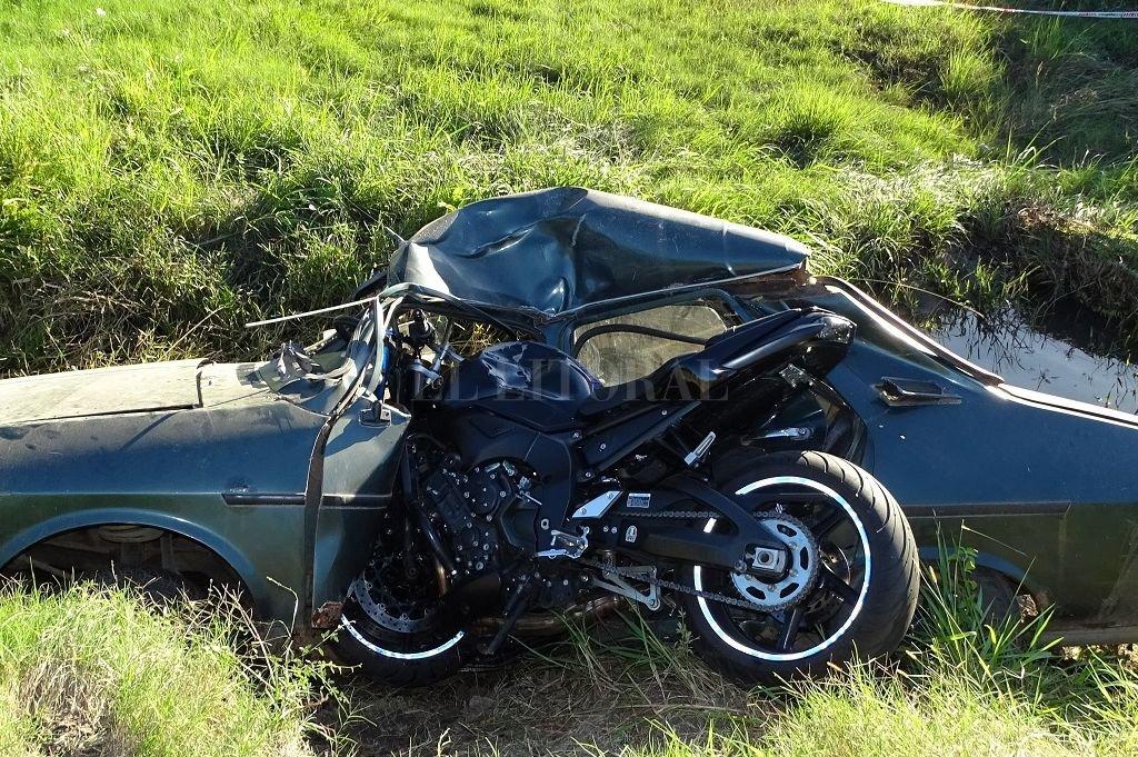 Una moto se incrustó en un Renault 12: dos muertos en la Ruta 40S