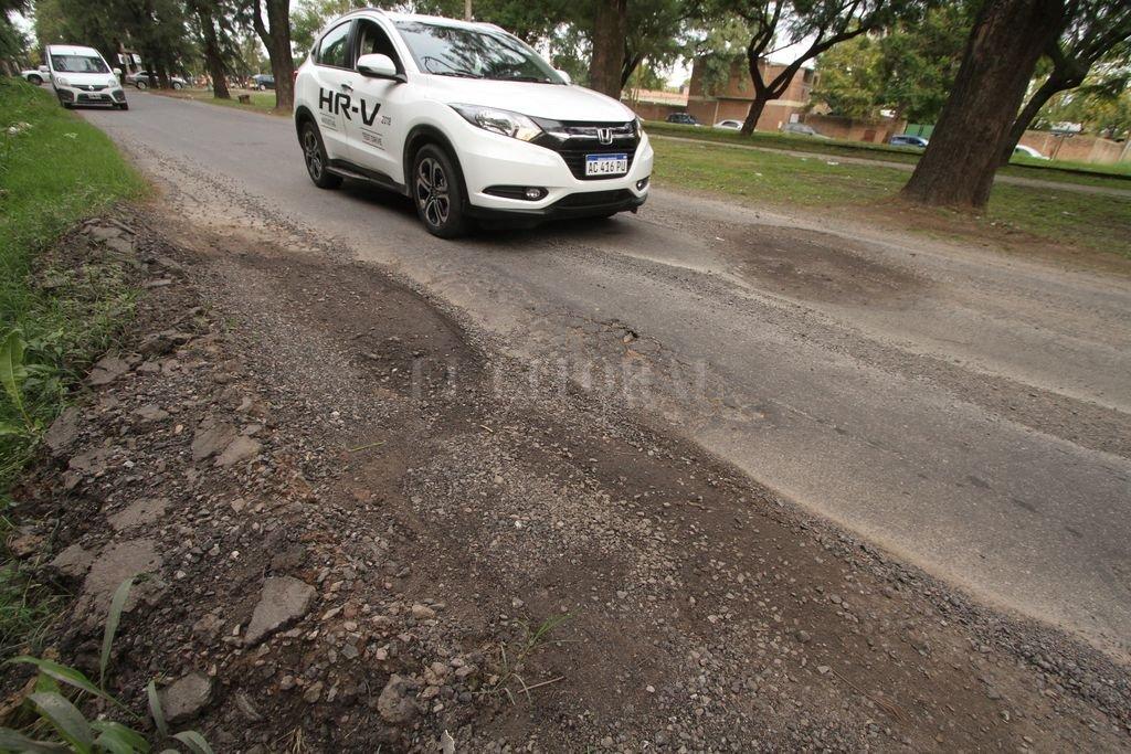 """¡Despacio! Los autos tienen que hacer zigzag para esquivar los """"cráteres"""", pero, en general, no logran pasar """"invictos"""". Crédito: Guillermo Di Salvatore"""