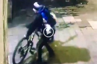 Video: por los techos de una casa se roban una bicicleta -