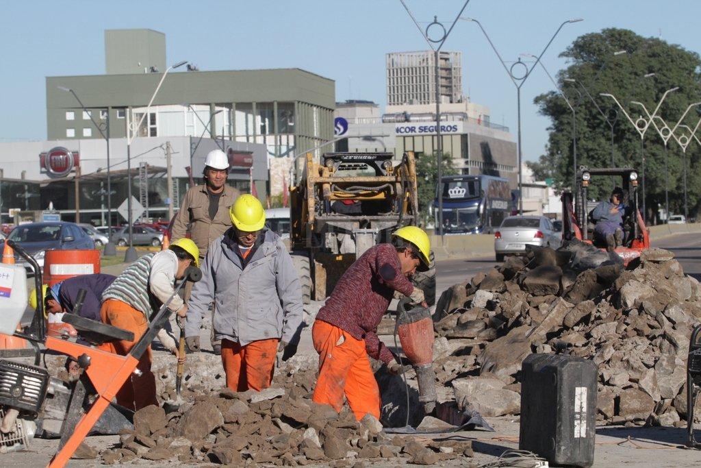 Tránsito trabado. El municipio dispuso un operativo con inspectores para ordenar la circulación en este sector. <strong>Foto:</strong> Mauricio Garín