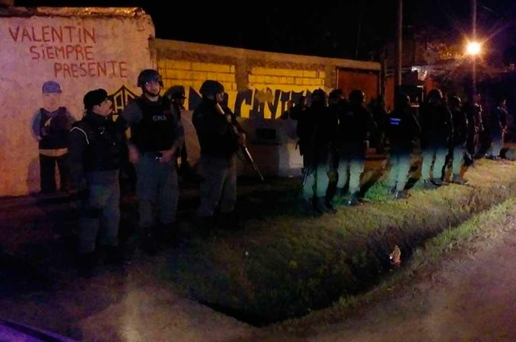 En el lugar del crimen se desplegó un fuerte operativo de la policía con apoyo de Gendarmería. <strong>Foto:</strong> Rosario3