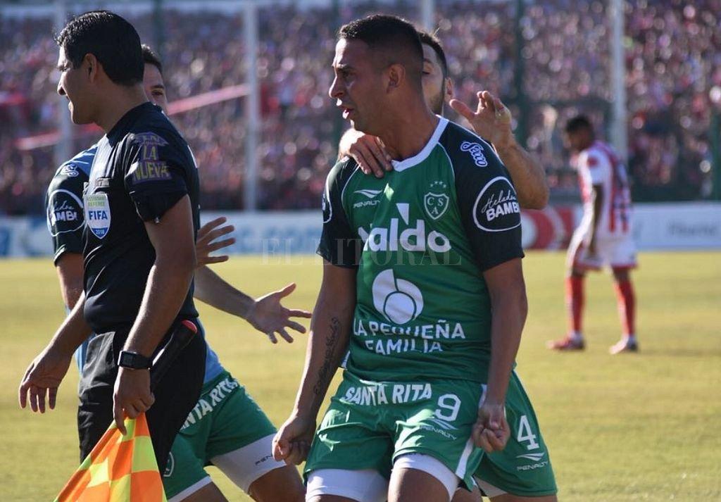 Miracco festeja su gol, de penal, que le da la mínima ventaja a Sarmiento en la final. La revancha será en la Ciudadela tucumana. <strong>Foto:</strong> Captura digital