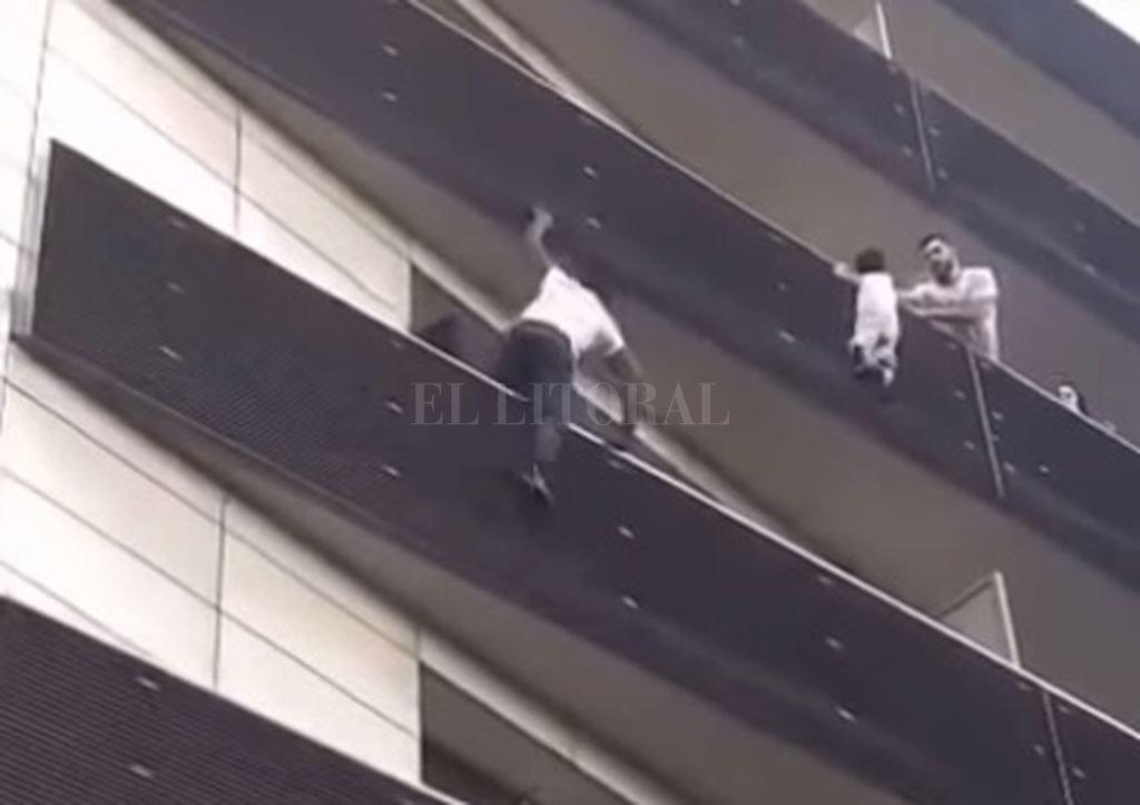 Joven trepa cuatro pisos para rescatar a un niño