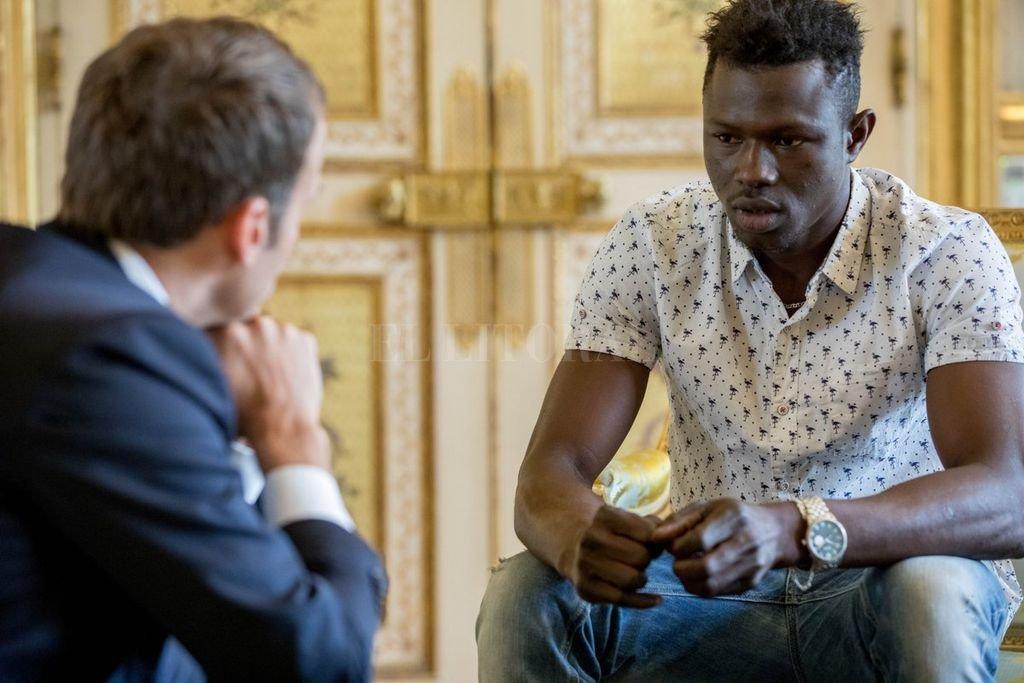 Mamoudou Gassama, el héroe y Emmanuel Macron. <strong>Foto:</strong> Gobierno de Francia.