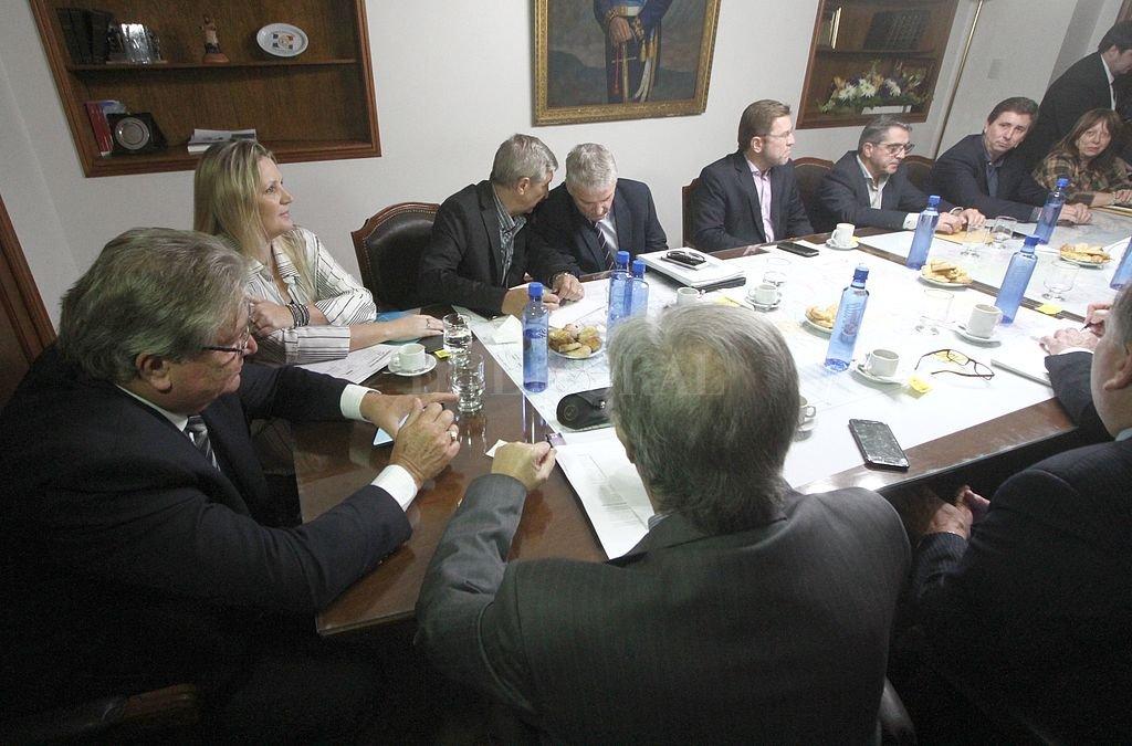 El 12 de abril se reunieron senadores del oficialismo y la oposición con las autoridades de la provincia en materia energética. Mañana, a las 10, volverán a verse las caras. ¿Otra vez a puertas cerradas? <strong>Foto:</strong> Mauricio Garín