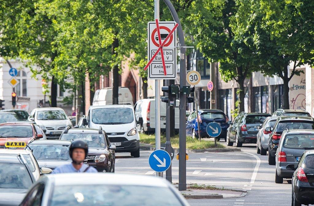 Los carteles indicadores prohiben la circulación de vehículos que no se ajusten a las normas Euro 6. Crédito: DPA