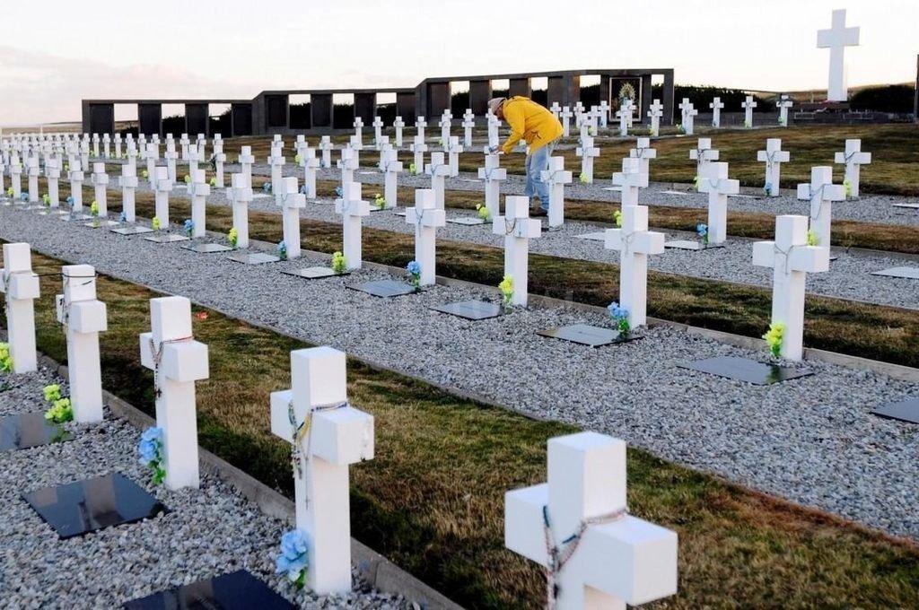 Identificaron los restos de un militar enterrado en Darwin desde 1982 — Malvinas