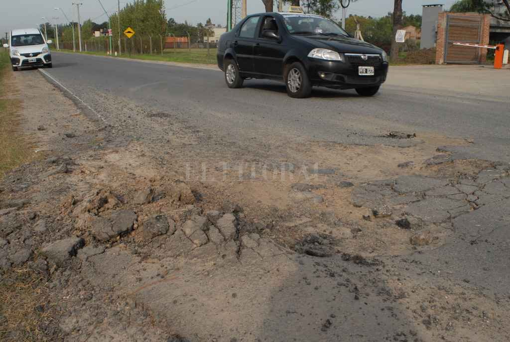 A la salida del Club de Campo El Paso, el asfalto está destruido en la mano que va hacia la autopista. Hay roturas más chicas a lo largo de los más de 4 kilómetros que tiene el acceso. Crédito: Flavio Raina
