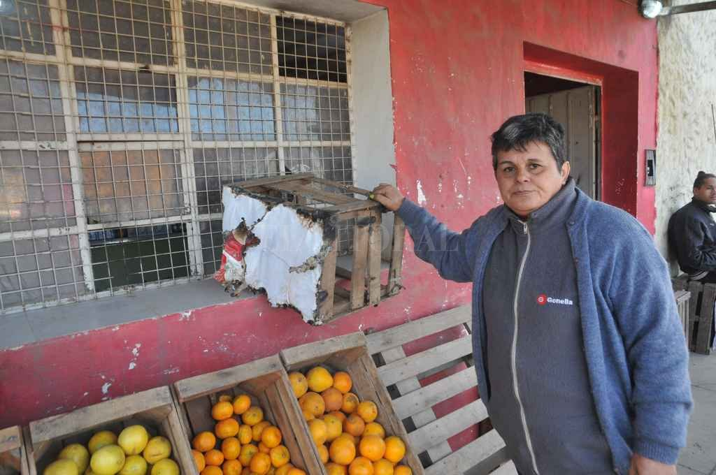 Silvia Corman exhibe algunos de los daños en su negocio. Flavio Raina