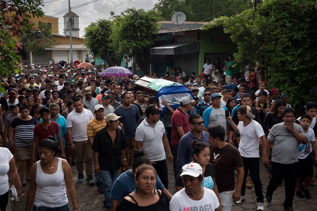Familiares y amigos cargan con el ataúd del jóven Jason Putoy, de 22 años, el 04/06/2018 en Masaya, Nicaragua. <strong>Foto:</strong> dpa