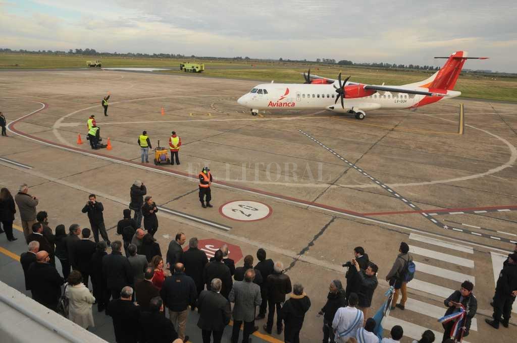 Primer aterrizaje. Este miércoles por la mañana aterrizó el primer avión de Avianca en el aeropuerto de Sauce Viejo. Crédito: Guillermo Di Salvatore